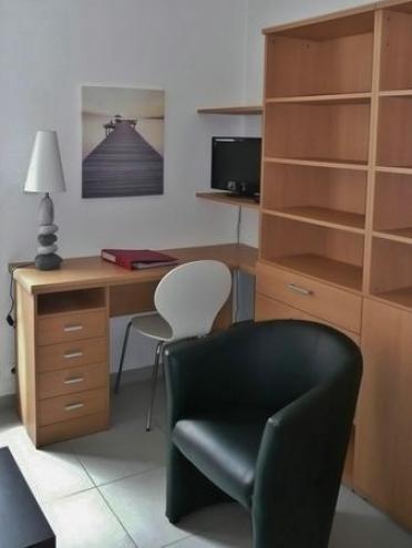 particulier loue appartement t2 meubl avec grande terrasse la rochelle. Black Bedroom Furniture Sets. Home Design Ideas